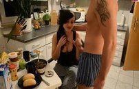 Acordou de Pau duro e comeu a namorada na cozinha