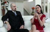 Corno assiste esposa peituda foder com outro