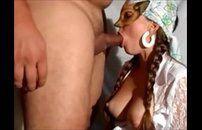 Esposa mascarada dando uma chupada no marido