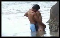 Flagra de sexo do casal dando uma rapidinha na praia