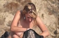 Flagra de topless na praia com mulher de seios lindos