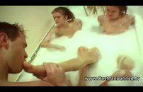 Gêmeas bêbadas fazem suruba em uma banheira