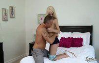 Loira magrinha gosta de sexo com pegada