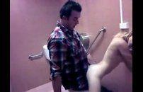 Loira safada flagra no banheiro masculino