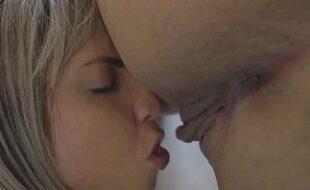 Ninfeta tarada gosta de filmar o sexo com o namorado