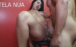 Pornô com uma morena brasileira super gostosa metendo com dotado