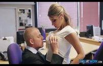 Secretária com peitões enormes mamando o chefe
