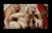 Tarado comeu a vizinha velha e gozou na xota dela
