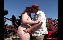 Vídeo de gorda dando ao ar livre