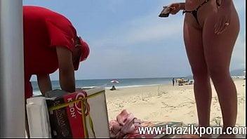 Brasileira safada provocando o trabalhador na praia carioca