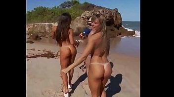 As gostosas Juju Salimeni e Nicole Bahls nuas na praia de nudismo