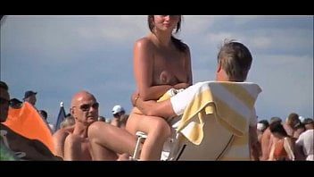 Corno chamou os amigos e eles foderam a esposa puta na praia