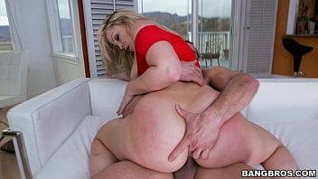 Dona de casa com bundona enorme dando bonito no sofá
