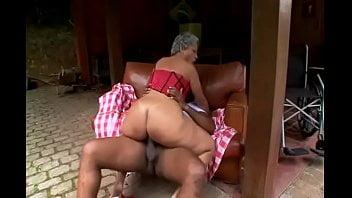 Pornozão com sogra quicando no pau do genro dotado