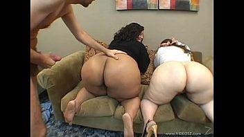 Sortudo fazendo sexo grupal com esposas gordinhas