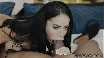 Video de mulher chupando rola preta e grossa
