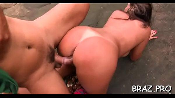 Sexo porno doido na praia com rabuda dando cu