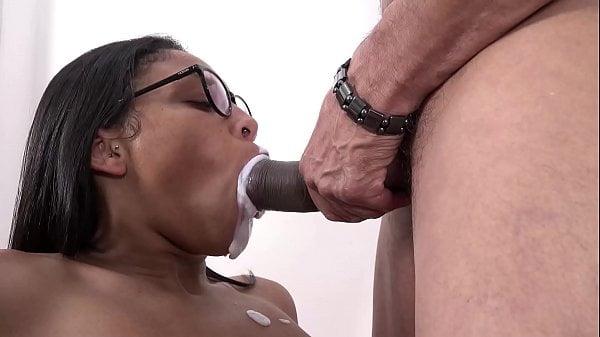 Gozando na boca da namorada gostosa