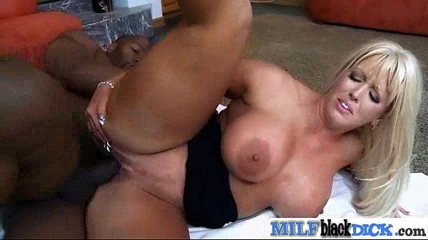 Porno coroa peituda gemendo na pica preta